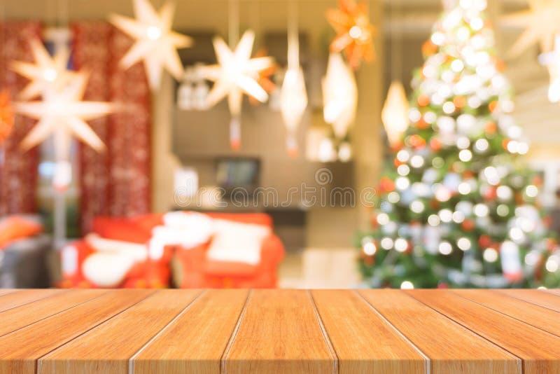 Dessus de table vide de conseil en bois dessus de fond brouillé Table en bois brune de perspective au-dessus de fond d'arbre de N photos stock