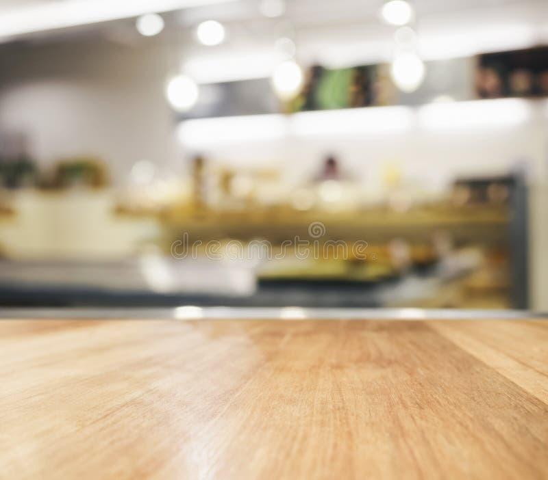 Dessus de Tableau avec le fond brouillé de cuisine photographie stock