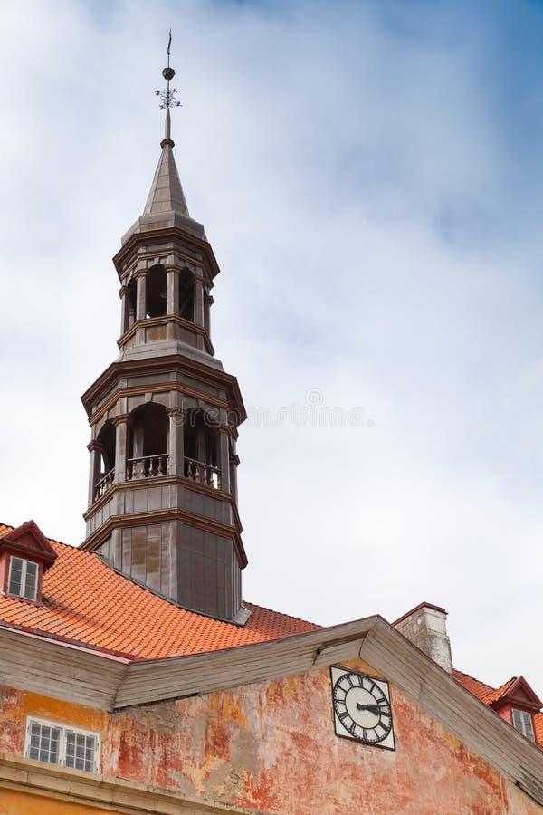 Dessus de toit avec la flèche de hôtel de ville dans la ville de Narva photos stock
