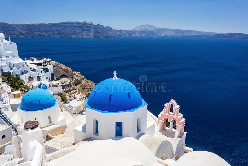 Dessus de toit bleus dans Fira Santorini Grèce photographie stock