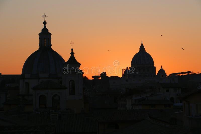Dessus de toit de dôme pendant le coucher du soleil à Rome images libres de droits