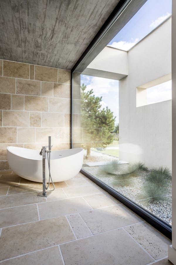 Dessus de toit de Conncrete dans la salle de bains image libre de droits
