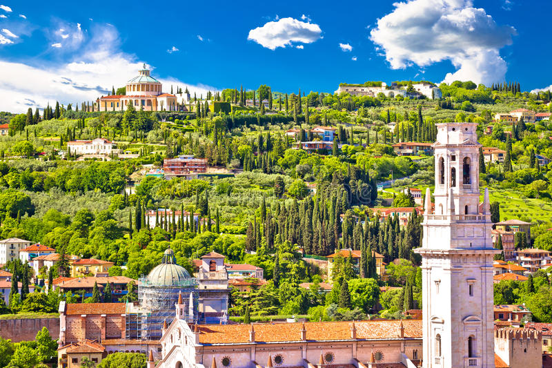 Dessus de toit de Vérone et vue de sanctuaire de Lourdes de Di de Madonna image stock