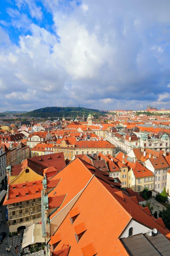 Dessus de toit de vieux Prague sous le ciel scénique photo stock