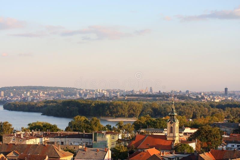Dessus de toit de Zemun et panorama de Belgrade images libres de droits