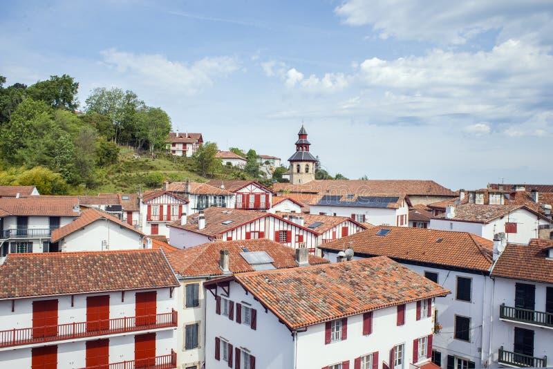 Dessus de toit des bâtiments typiques de Ciboure dans l'Aquitaine france photos stock