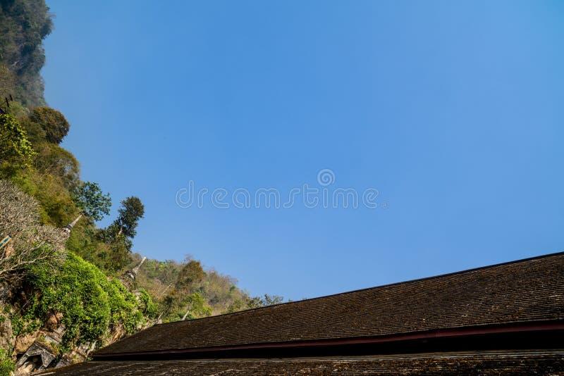 Dessus de toit en bois d'un temple bouddhiste antique avec le fond clair de ciel bleu images libres de droits