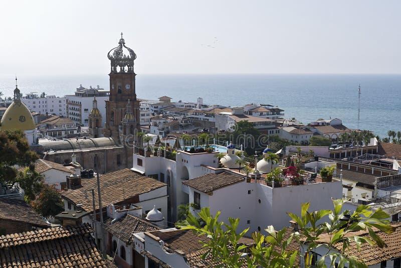 Dessus de toit et église dans Puerto Vallarta photos stock