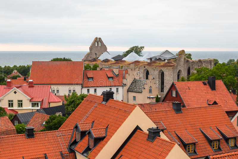 Dessus de toit et ruines d'une église médiévale image stock