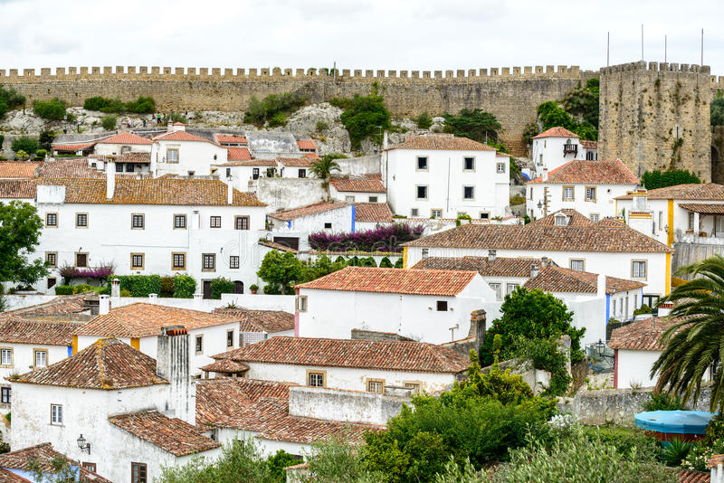 Dessus de toit, maisons et vieux mur de ville, Obidos (Portugal) photographie stock libre de droits