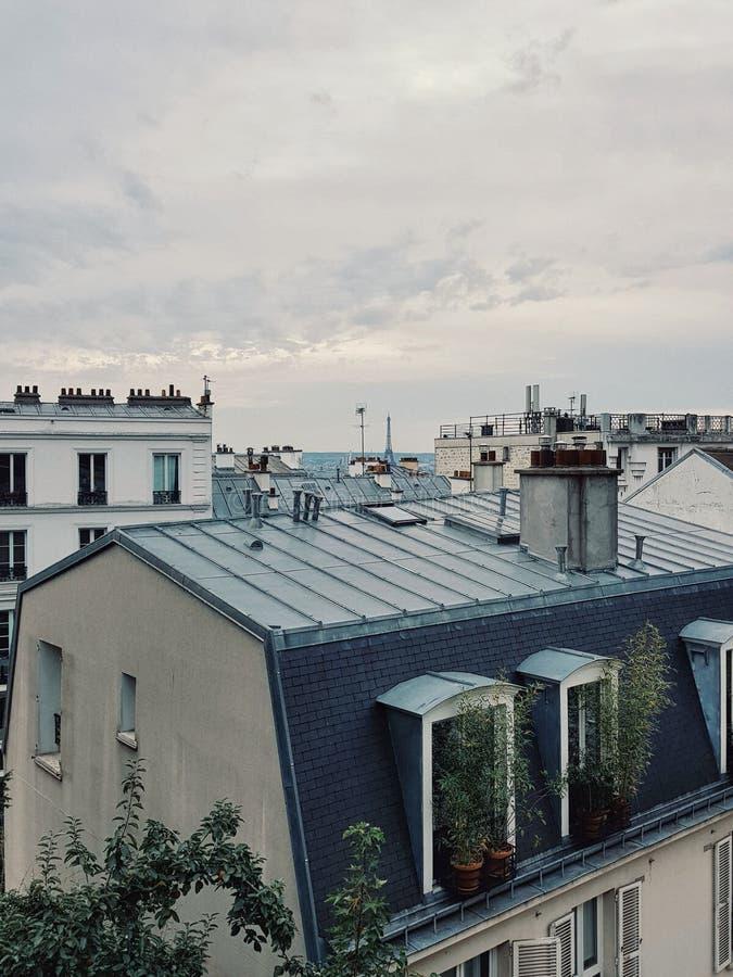 dessus de toit parisien et Tour Eiffel, Paris, France images stock
