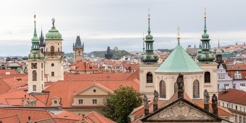 Dessus de toit de Prague Ville d'or de mille flèches images stock