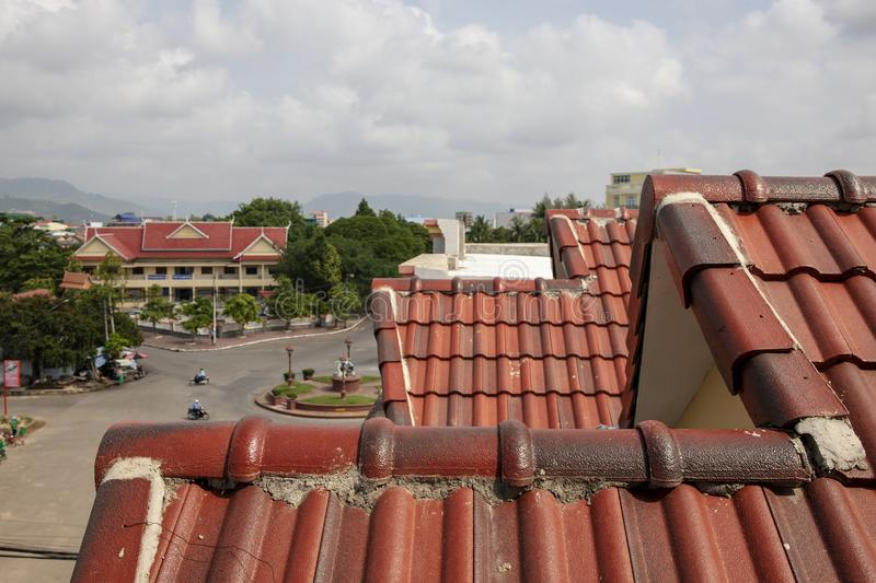 Dessus de toit rouge d'échelle et paysage urbain Toit traditionnel d'échelle Position cambodgienne de ville Vieux style historiqu images stock