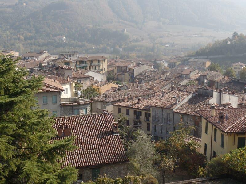 Dessus de toit traditionnels dans un village italien du nord photo libre de droits