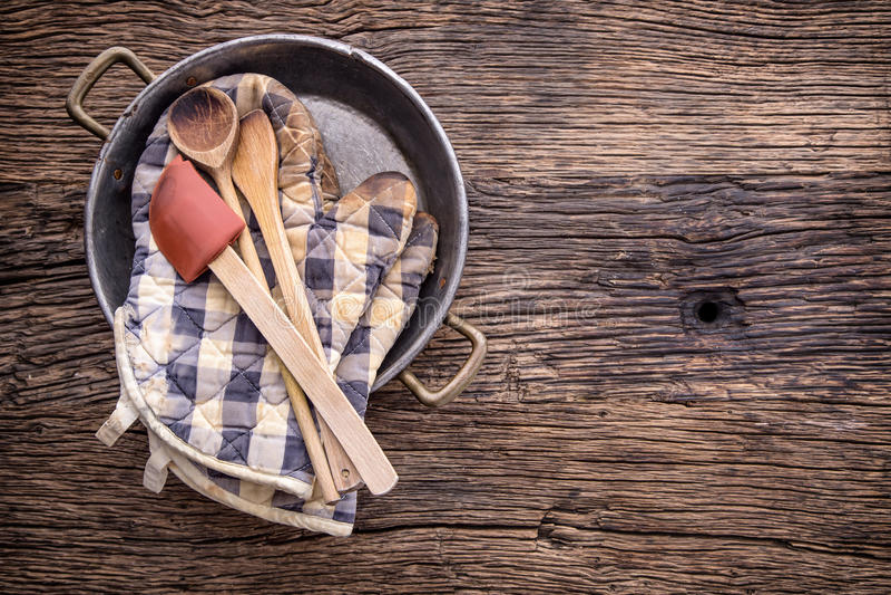 Dessus de vue sur des ustensiles de cuisine de vintage sur le fond en bois rustique images libres de droits