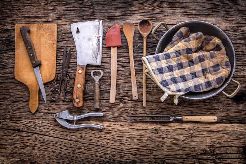 Dessus de vue sur des ustensiles de cuisine de vintage sur le fond en bois rustique image libre de droits
