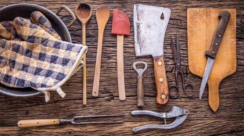 Dessus de vue sur des ustensiles de cuisine de vintage sur le fond en bois rustique image stock