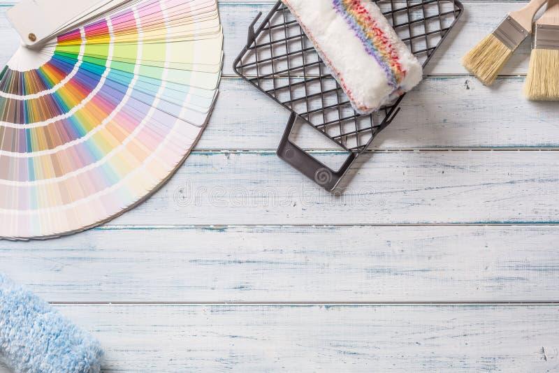 Dessus des brosses de palette de couleurs de vue et d'autres outils sur la table en bois images stock