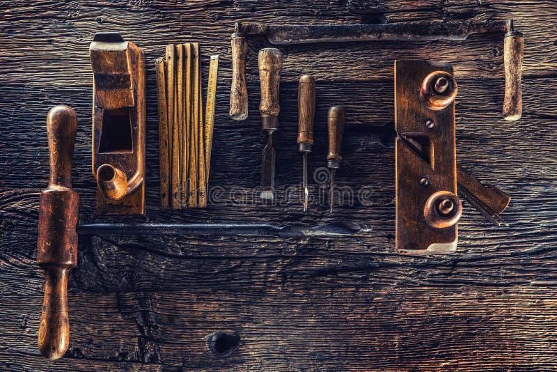 Dessus des outils de charpentier de cru de vue dans un atelier de menuiserie image stock