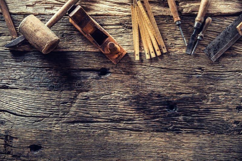 Dessus des outils de charpentier de cru de vue dans un atelier de menuiserie photos libres de droits