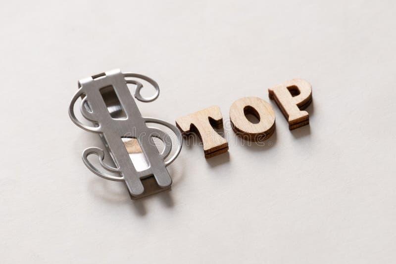 Dessus du dollar ARRÊT de mot Lettres et agrafe en bois d'argent en métal Fond blanc Inscription symbolique Crayon lecteur, lunet photo stock