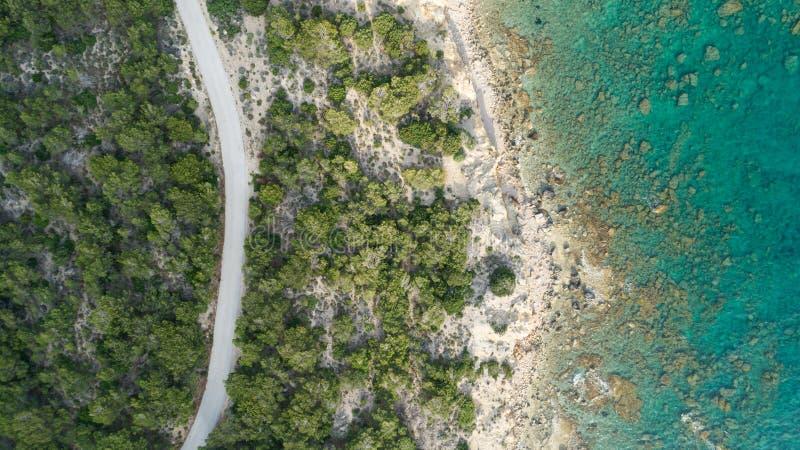 Dessus en bas de vue aérienne de grande route de courbe d'océan images libres de droits
