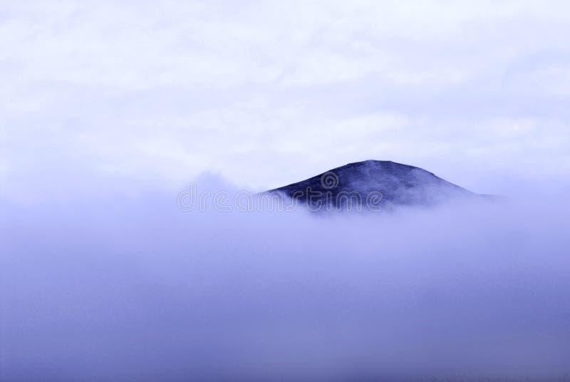 Dessus et nuages de montagne photographie stock