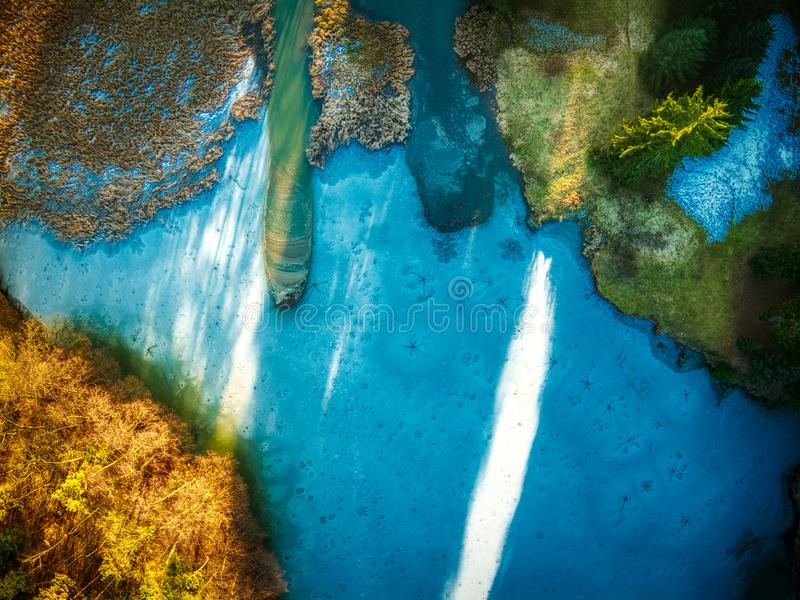 Dessus gelé de bourdon de coucher du soleil de lac Pruhonice vers le bas image libre de droits