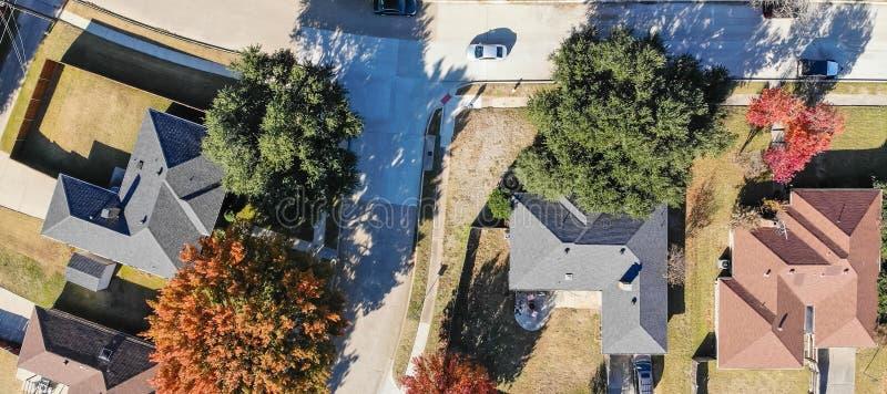 Dessus panoramique directement en bas des maisons unifamiliales de vue dans la saison d'automne près de Dallas images libres de droits