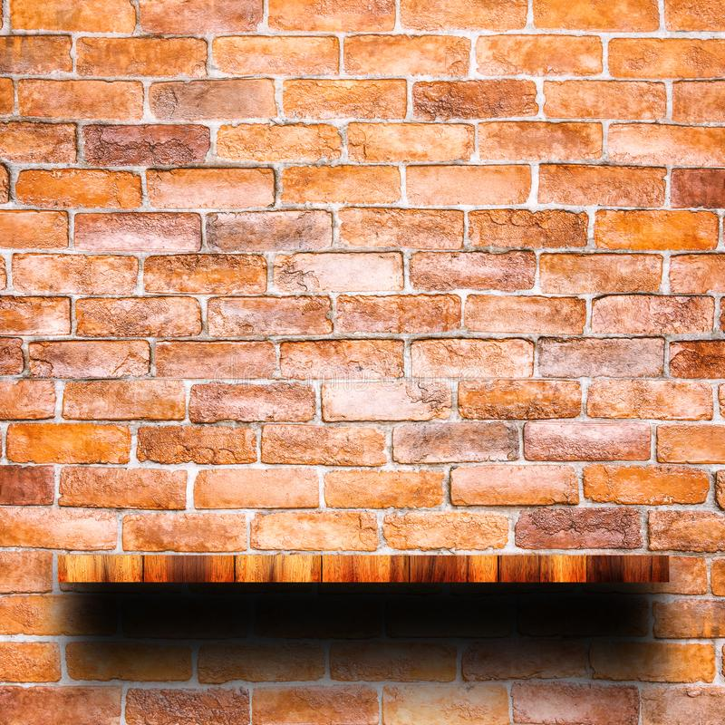 Dessus vide d'étagère en bois avec le mur de briques rouge images libres de droits