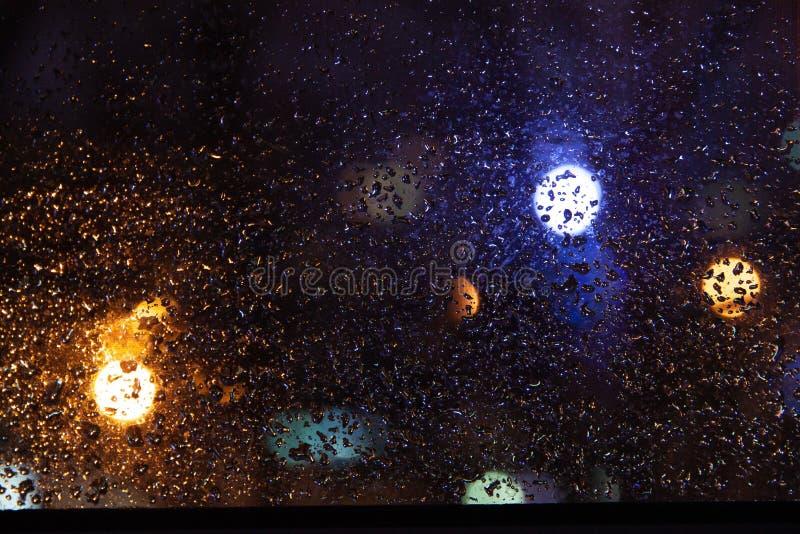 Destaques azuis e amarelos fora da chuva imagem de stock