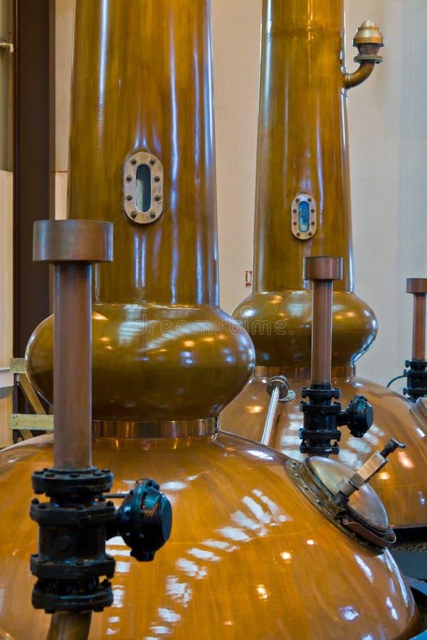Destiladores da destilaria do uísque foto de stock