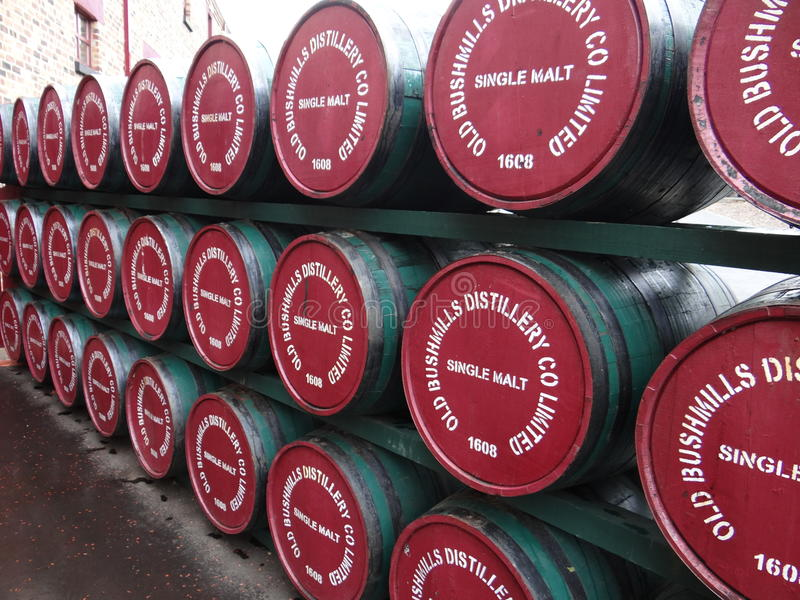 Destilaria velha de Bushmills imagem de stock royalty free