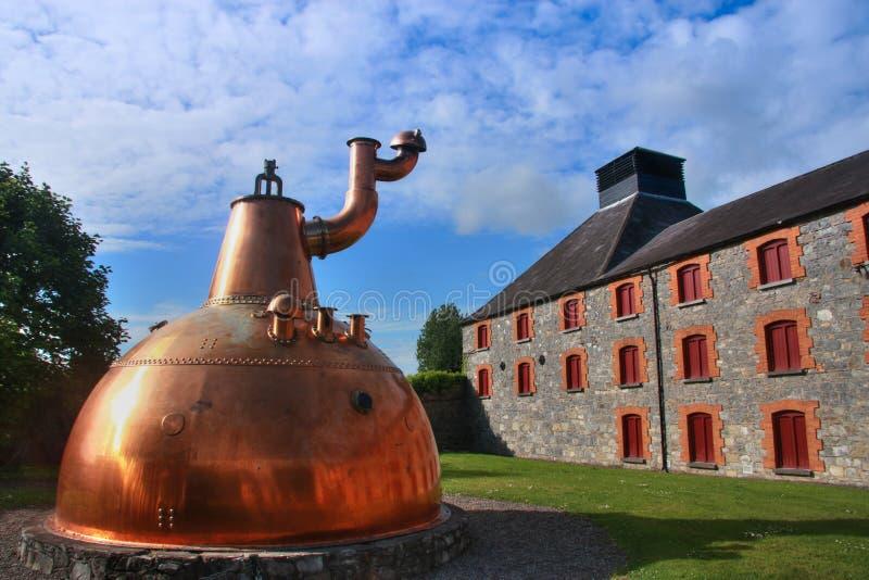Destilería de cobre grande vieja del whisky al aire libre imagen de archivo
