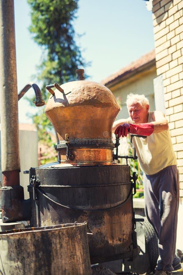 Destilería hecha en casa para hacer el brandy imagen de archivo libre de regalías