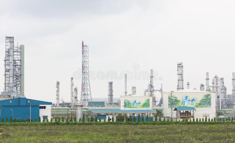 Destillation petroquímica o do combustível da indústria química da refinaria de petróleo fotos de stock
