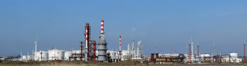 Destillationskolonnen, Rohre und andere Ausrüstungsofenraffinerie stockfoto