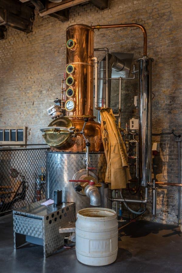 Destillierapparat boilerThe Prozess der Herstellung des Gins fängt hier in diesem Kessel an lizenzfreie stockfotografie
