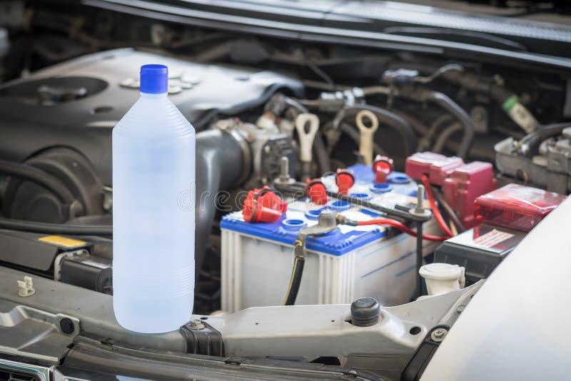 Destilliertes Wasser für Autobatterie lizenzfreie stockfotos