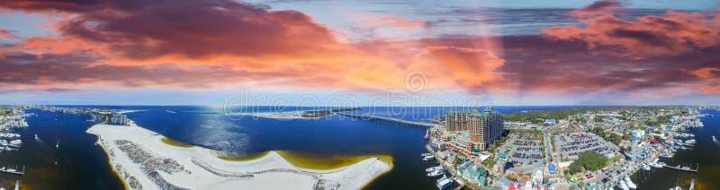 Destin港口,佛罗里达空中全景黄昏的 图库摄影