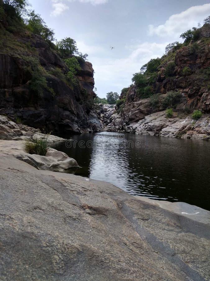 Destination de fuite de nature de roche de l'eau de vallée de lac images libres de droits