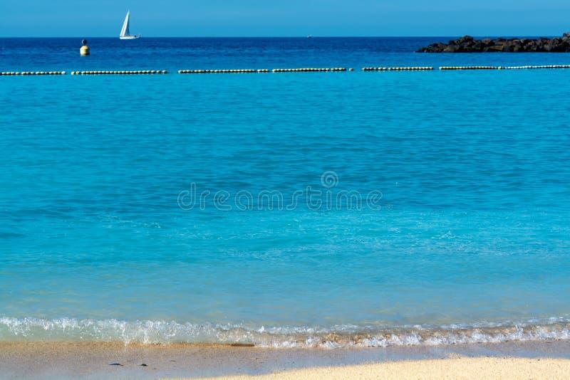 Destination för vintersollopp, varmt havbadvatten på den Amadores stranden, Gran Canaria, kanariefågelöar, Spanien arkivfoto