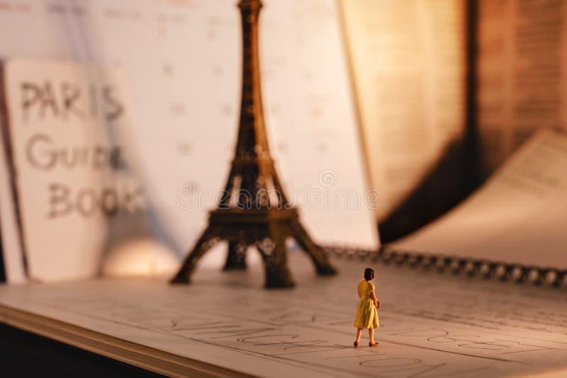 Destination rêveuse pour des vacances Voyage ? Paris, France une femme de touristes miniature regardant Tour Eiffel et le calendr photo stock