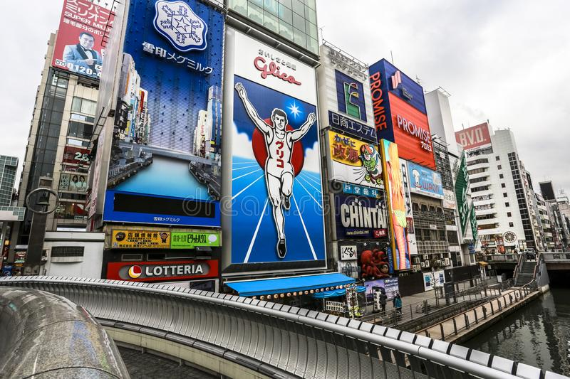 Destinations de touristes d'homme courant de Dotonbori Glico principales en Osaka Japan courant le long du canal de Dotonbori photo libre de droits