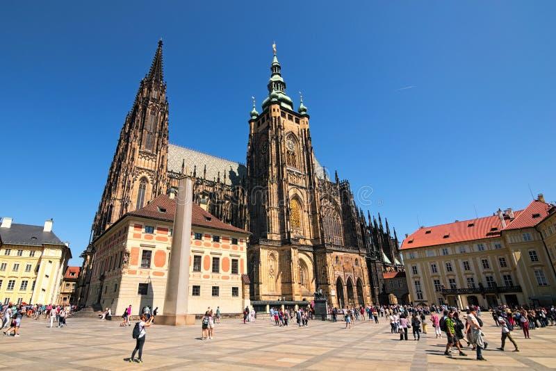 Destinazione turistica famosa a Praga San stupefacente Vitus Cathedral e obelisco al castello di Praga con la folla dei turisti immagine stock