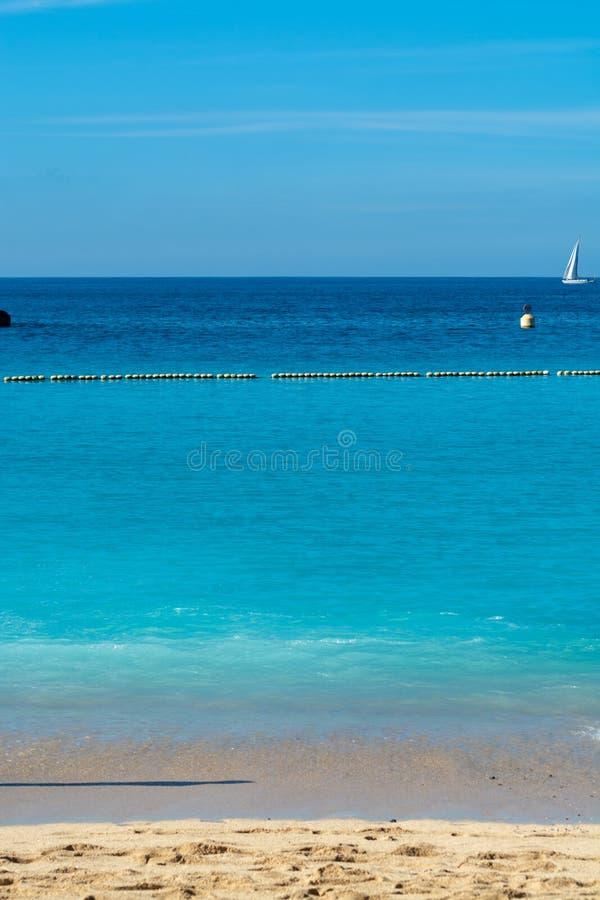 Destino del viaje del sol del invierno, agua caliente de la nadada del océano en la playa de Amadores, Gran Canaria, islas Canari foto de archivo libre de regalías