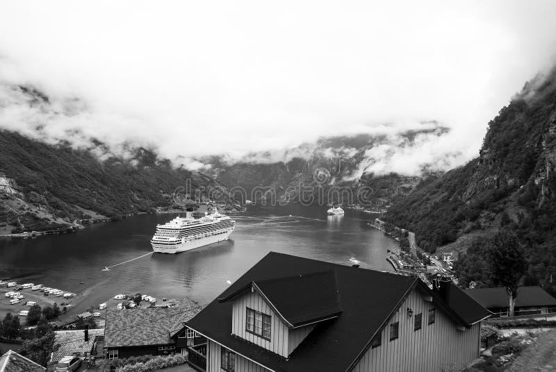 Destino del viaje, turismo Nave en el fiordo noruego en el cielo nublado Revestimiento marino en puerto del pueblo Destinación de fotos de archivo libres de regalías