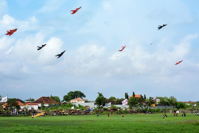 Destino do curso O festival do papagaio, pessoa do balinese que tem o divertimento, voa seus papagaios Estrada do por do sol de J fotos de stock royalty free
