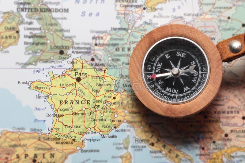 Destino Francia, mapa del viaje con el compás fotografía de archivo