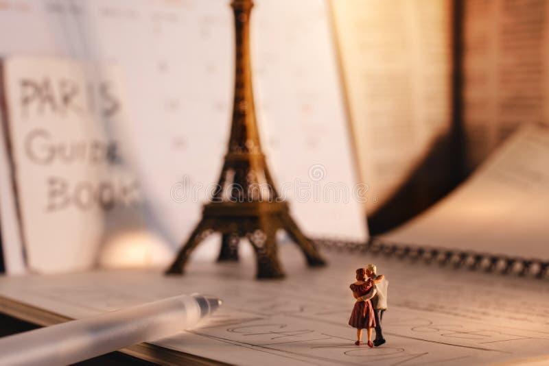 Destino ideal para pessoas adultas na vida da aposentadoria Curso em Paris, Fran?a um par superior do turista diminuto que anda n fotografia de stock royalty free